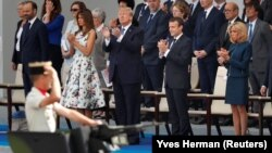 АҚШ президенті Дональд Трамп пен Франция президенті Эммануэль Макрон әйелдерімен бірге әскери парадты тамашалап тұр. Париж, 14 шілде 2017 жыл.