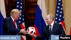 Во время встречи в Хельсинки президент России Владимир Путин подарил президенту США Дональду Трампу мяч ЧМ-2018. 16 июля 2018 года.