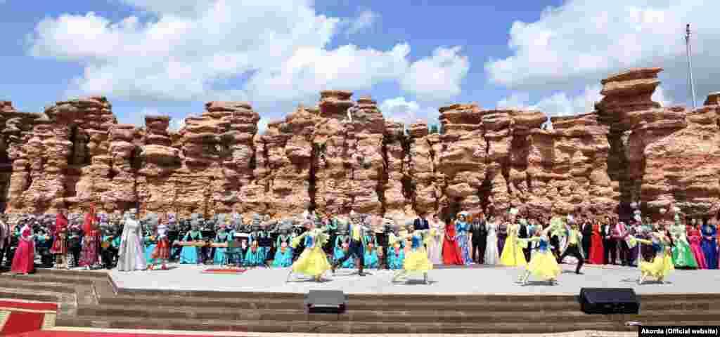 К 20-летию Астаны регионы делают подарки столице. В числе презентов – светомузыкальный фонтан, реконструированный парк «Жетысу» (на фото), велодорожки, детский сад. Стоимость всех подарков не называется. По официальным данным, празднование Дня Астаны обойдется в 18 миллиардов 800 миллионов тенге.