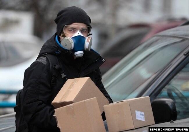Курьер в Москве во время эпидемии.