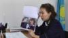 Аида Абильмажинова, судья Бостандыкского районного суда города Алматы, показывает снимок, ставший предметом спора. 19 февраля 2018 года.