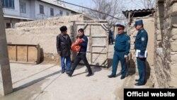 Сотрудники милиции раздают лук инвалидам в Джизаке.