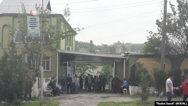 Даромадгоҳи манзили Сурайёи Қосим дар шаҳри Кӯлоб. Субҳи 18 апрели 2017