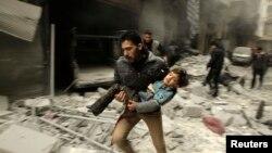 Алеппо тұрғыны жаралы баланы көтеріп қашып келеді. 21 қаңтар 2014 жыл