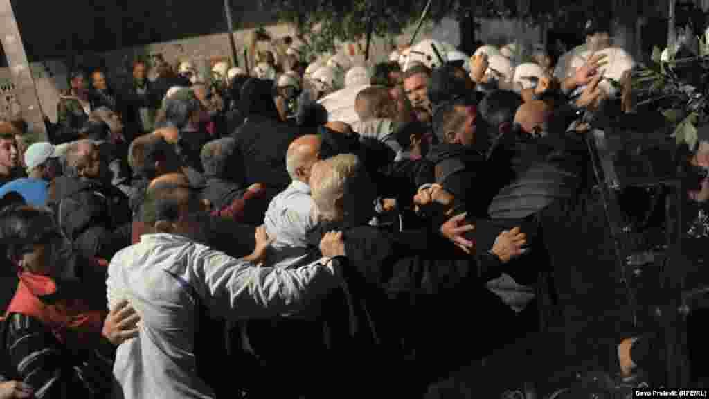Черногория парламентіне шерумен бармақ болған наразылар полициямен қақтығысып қалды. Подгорица, 17 қазан 2015 жыл.