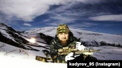 Нохчийчоь -- Кадыров Рамзан снайперан топ а карахь.