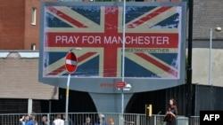 """Около места взрыва вывешен плакат """"Молитесь за Манчестер"""" (23 мая 2017 г.)"""