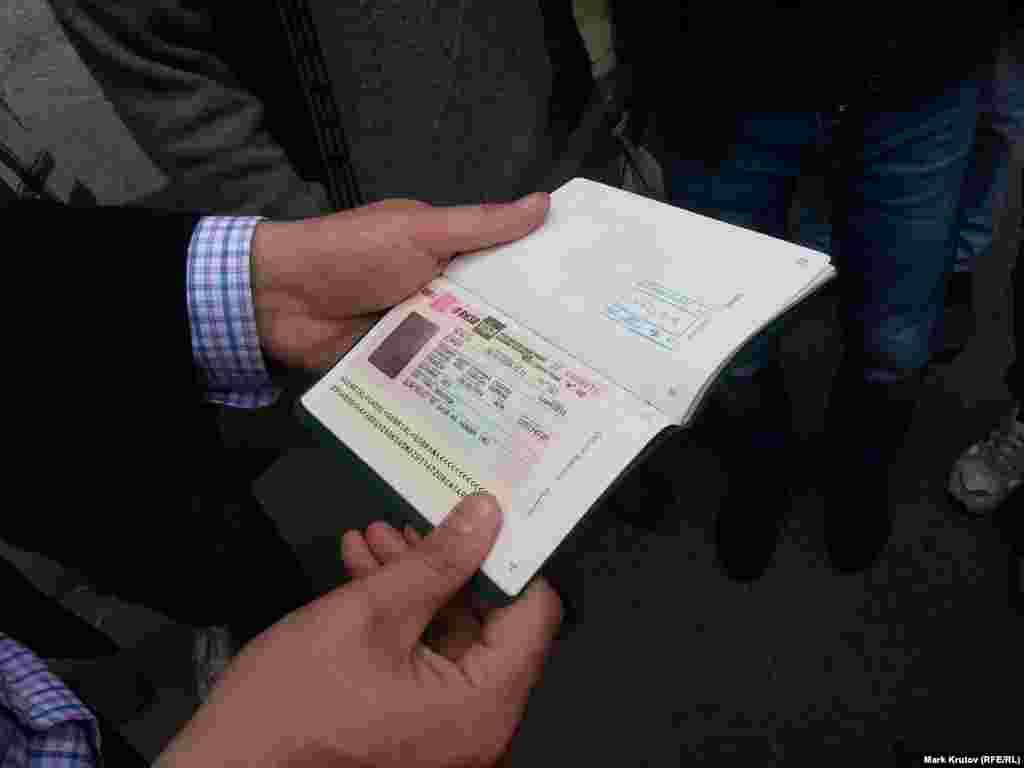 Его виза просрочена почти на год.