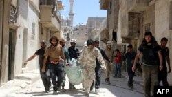 Сирия үкіметі әскерінің Алеппо маңына жасаған шабуылынан қаза тапқандардың денесін әкетіп барады. Сирия, 30 мамыр 2016 жыл.