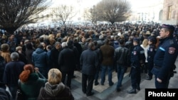 Armenia - Traders demonstrate outside the main government building in Yerevan, 26Jan2015.