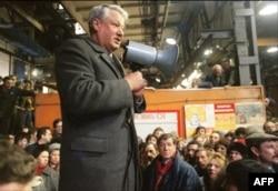 بوریس یلتسین در سال 1991 با کارگران کارخانه در لنینگراد صحبت کرد.