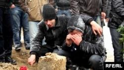 Rafiq Tağının dəfnindən dərhal sonra yaxınları onun qəbri üstündə, 24 noyabr 2011