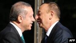 Әзербайжан президенті Ильхам Әлиев (оң жақта) пен Түркия премьер-министрі Режеп Тайып Ердоған.