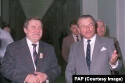 Лех Валенса и глава МВД ПНР генерал Чеслав Кищак