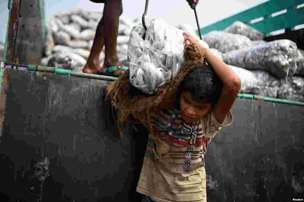 Десятилетний беженец Асма Актер работает на рынке. 11 июня 2018 года.