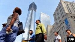 Луѓе поминуваат покрај Светскиот трговски центар во Њујорк.