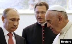 Глава Католицької церкви Франциск (праворуч) і президент Росії Володимир Путін. Ватикан, 10 червня 2015 року