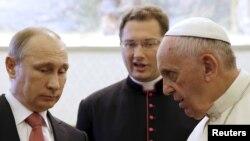 Папа Римский Франциск (справа) и президент России Владимир Путин (слева) на встрече в Ватикане, 10 июня 2015 года.