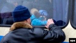 Житель Авдіївки прощається із членами сім'ї перед евакуацією, лютий 2017 року