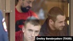 Зліва – направо: заарештовані в Росії моряки Сергій Цибізов, Андрій Оприско та Роман Мокряк