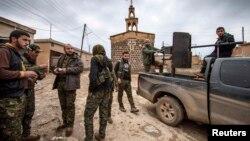 Сирияда жүрген күрд еріктілері. 25 ақпан 2015 жыл. (Көрнекі сурет)