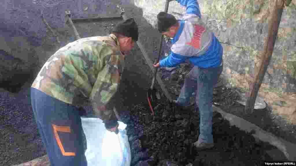 Погрузка угля в мешок.