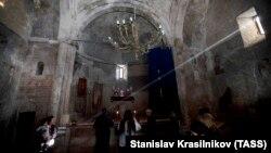 Armenët vizitojnë Manastirin para se të largohen nga fshati.