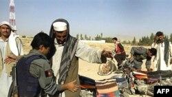Хамид Карзай считает, что талибы занялись разбоем от бессилия. На фото: афганская армия оцепила район, где в июле были захвачена корейская гуманитарная миссия