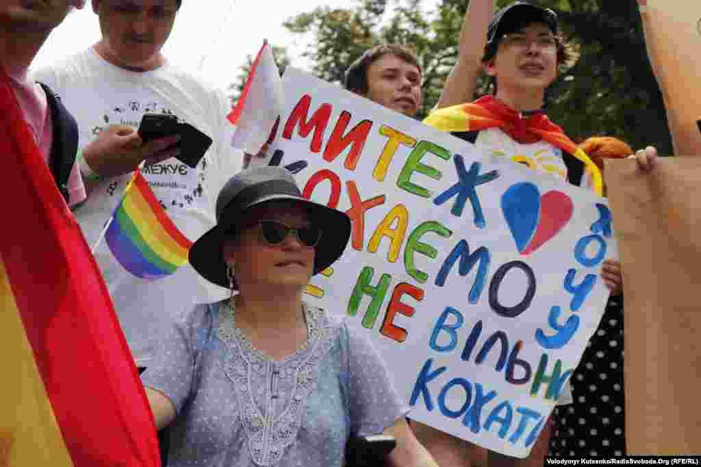 Временный поверенный в делах США в Украине Уильям Тейлор выразил поддержку участникам шествия. «Желаю всем участникам марша безопасного, приятного и прекрасного дня. Мы вместе со всеми украинцами, которые стремятся к равенству и отсутствию дискриминации», - цитирует посольство США обращение Тейлора.