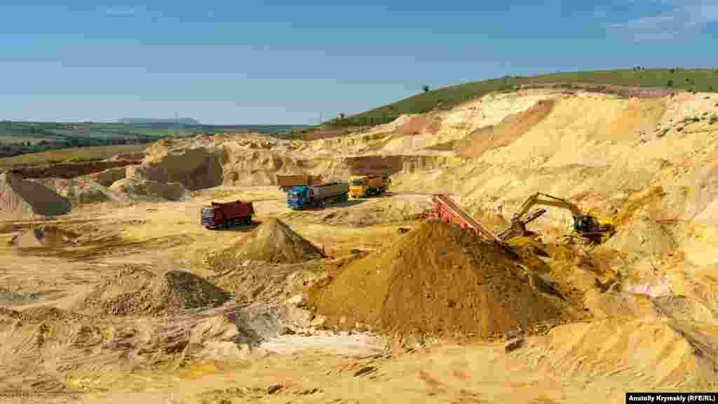 Здешний ландшафт заметно испещрен следами разработки карьера. Кварцевидный песок тут начали добывать в 2015 году, а спустя три года в интернете появилось объявление, что карьер продается за 350 миллионов рублей или 5,2 миллионов долларов США