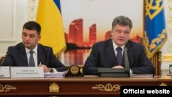 Ukrainian President Petro Poroshenko (right) and Prime Minister Volodymyr Hroysman (file photo)