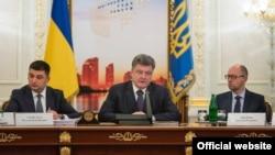 Президент України Петро Порошенко (в центрі), прем'єр-міністр Арсеній Яценюк (праворуч) і голова Верховної Ради Володимир Гройсман. Київ, 3 червня 2015 року