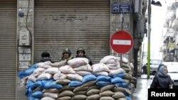 Сирийские солдаты на одной из улиц Хомса. 23 января, 2012