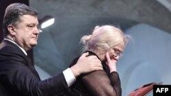Нынешний президент Украины Петр Порошенко вручает звезду Героя родственнице одного из убитых активистов Евромайдана