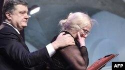 Петр Порошенко передает орден Героя Украины родственнице погибшего на Майдане