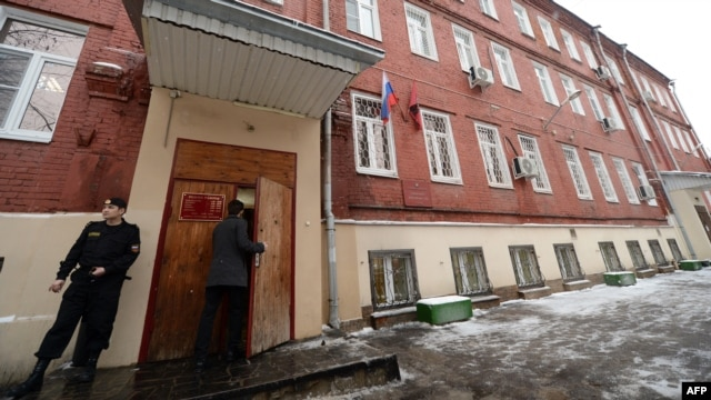 A guard stands at an entrance to the Tverskoy district court ahead of the preliminary hearing into the case of lawyer Sergei Magnitsky in Moscow, on December 27, 2012.