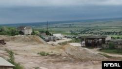 Так виглядає нині Мужіївський золотопоміметалевий рудник: гори переробленої руди, занедбані будівлі та поіржавіле обладнання