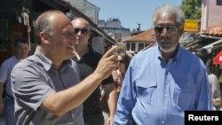Direktor SFF Mirsad Purivatra i holivudski glumac Morgan Freeman na Baščaršiji, 29. jula 2010