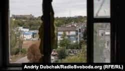 Вигляд на Красногорівку з пошкодженого снарядами вікна будинку, вересень 2019 року