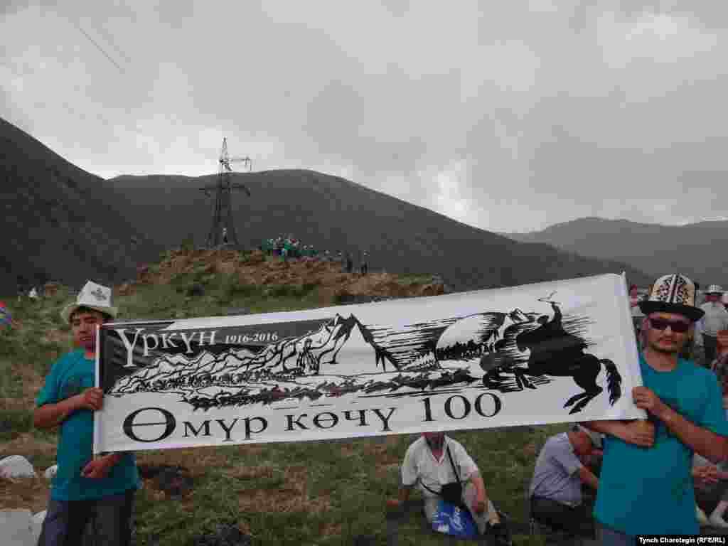 """2016-жылдын баш оона жана аяк оона айларында кыргызстандыктар 1916-жылкы улуттук боштондук көтөрүлүштүн 100 жылдыгына арналган эскерүү жөрөлгөлөрүн өткөрүүнү улантышты.2016-жылы баш оонанын 5-6ларында Кыргызстанда """"Өмүр көчү-100"""" автожүрүшү уюштурулду."""