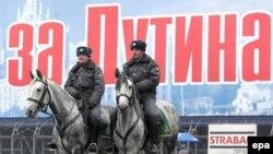 Бердәм Русия шигаре сүрәтендә атлы милиция