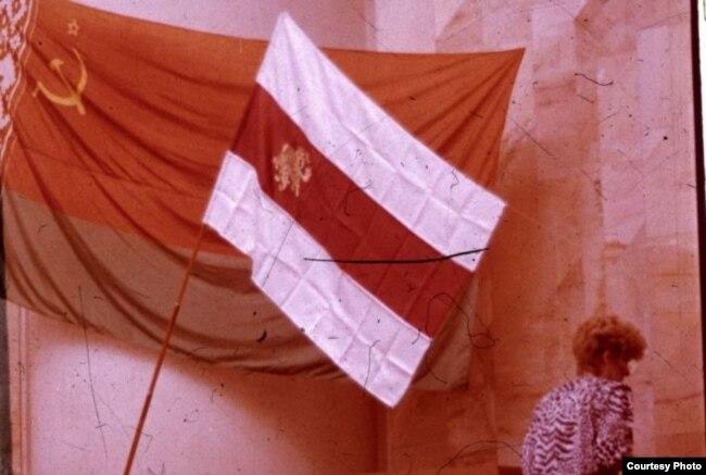 24 жніўня 1991 года дэпутат Галіна Сямдзянава ўнесла бел-чырвона-белы сьцяг у Вярхоўны Савет БССР