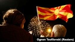 Mbështetësit e LSDM-së, duke valëvitur flamurin e Maqedonisë, gjatë festimeve pas raundit të parë të zgjedhjeve lokale. Shkup, 16 tetor, 2017