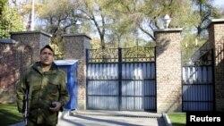 سردر باغ قلهک، اقامتگاه برخی از کارکنان سفارت بریتانیا در تهران.