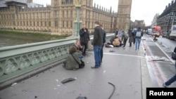 Մեծ Բրիտանիա - Ուեսթմինսթրյան կամրջի վրա վիրավորվածներին օգնություն է ցուցաբերվում, Լոնդոն, 22-ը մարտի, 2017թ․