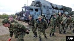 С-300 зымыран кешенінің жанында тұрған беларусь солдаттары. Беларусь, 24 қыркүйек 2009 жыл.
