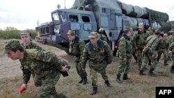 Военные тренируются на совместных российско-белорусских учениях на фоне автомобиля, укомплектованного С-300.