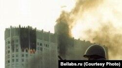 Горящее после обстрела здание Верховного Совета в Москве. 4 октября 1993 года