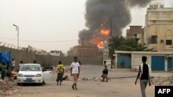 Аден қаласында шайқас болған жердегі түтін. Йемен, 19 шілде 2015 жыл.