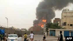 Дым на месте боя в йеменском городе Аден. 19 июля 2015 года.